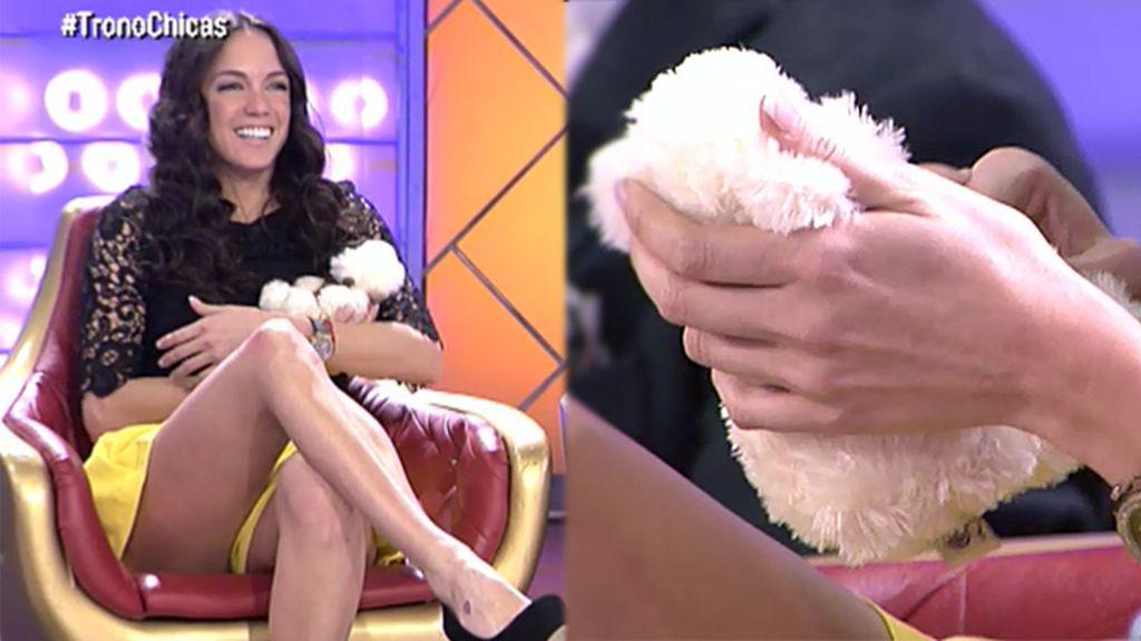 Samira recibe un osito de peluche de Adrián