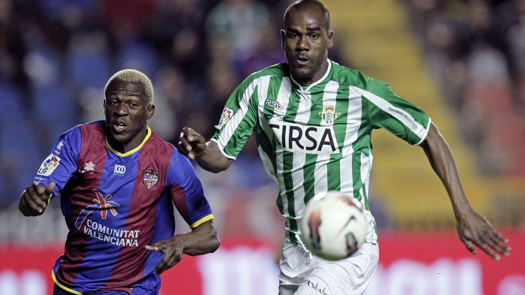 Arouna Koné, disputa un balón al defens abrasileño del Real Betis, Paulao Santos