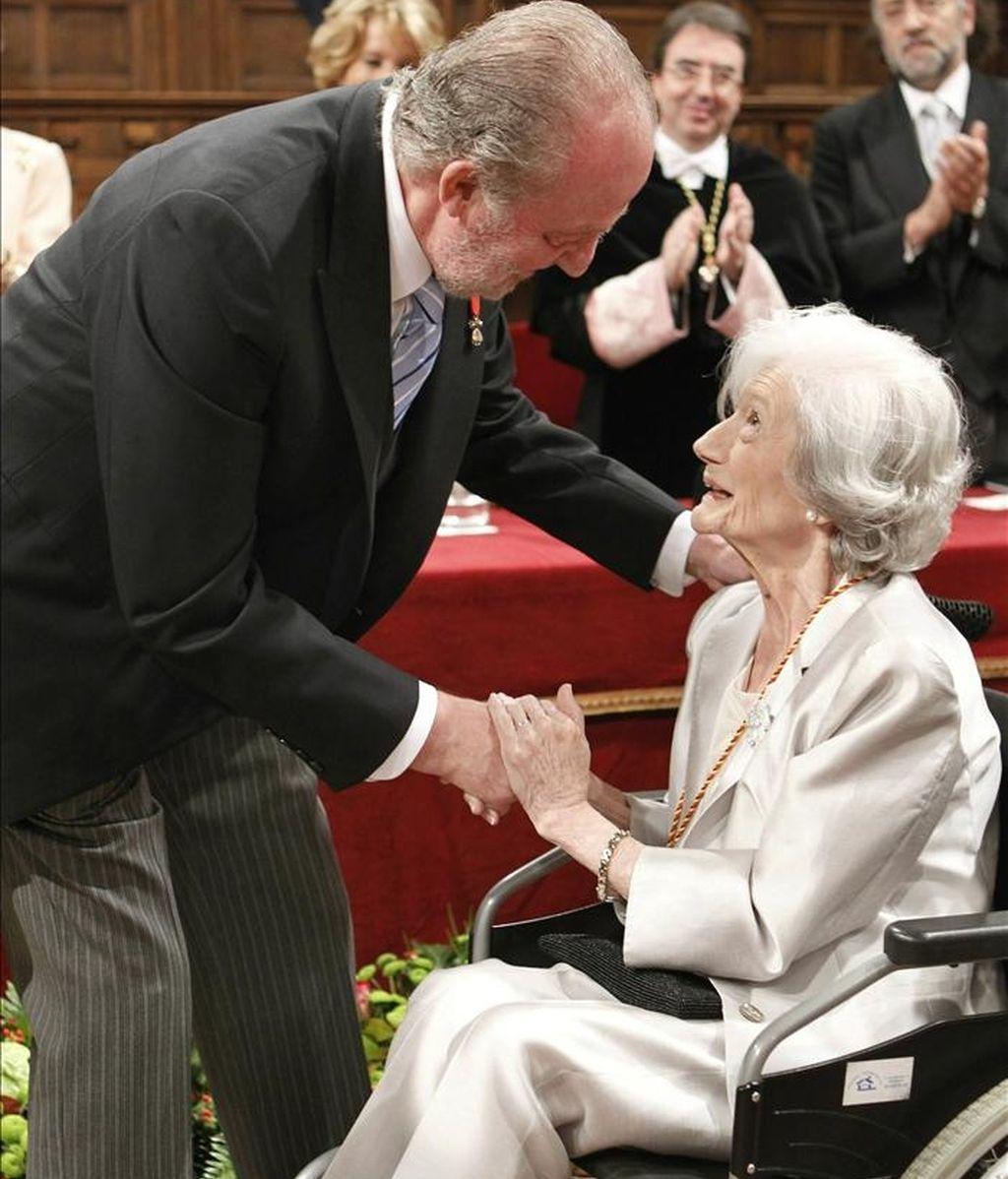 La escritora Ana María Matute recibió hoy de manos del rey Juan Carlos el Premio Cervantes, máximo galardón de las letras hispanas, en una solemne ceremonia que se celebró en el paraninfo de la universidad de Alcalá de Henares. EFE