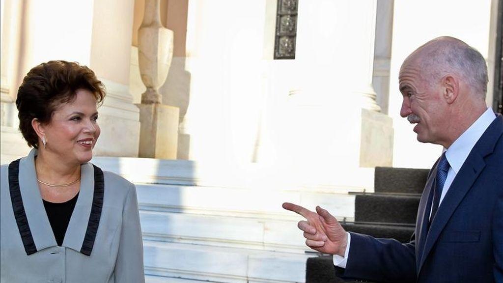 La presidenta de Brasil, Dilma Rousseff (i), es recibida por el primer ministro de Grecia, el socialista Yorgos Papandréu (d), el pasado sábado en Atenas (Grecia) durante una escala del viaje que realiza la mandataria hacia China. EFE