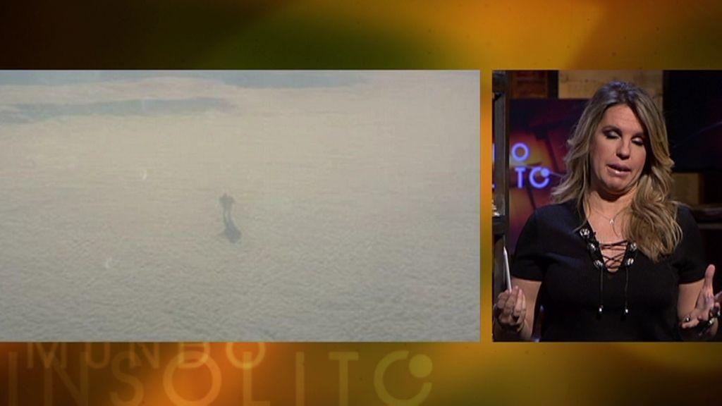 Mundo insólito: Una fotografía muestra a un gigante caminando entre las nubes
