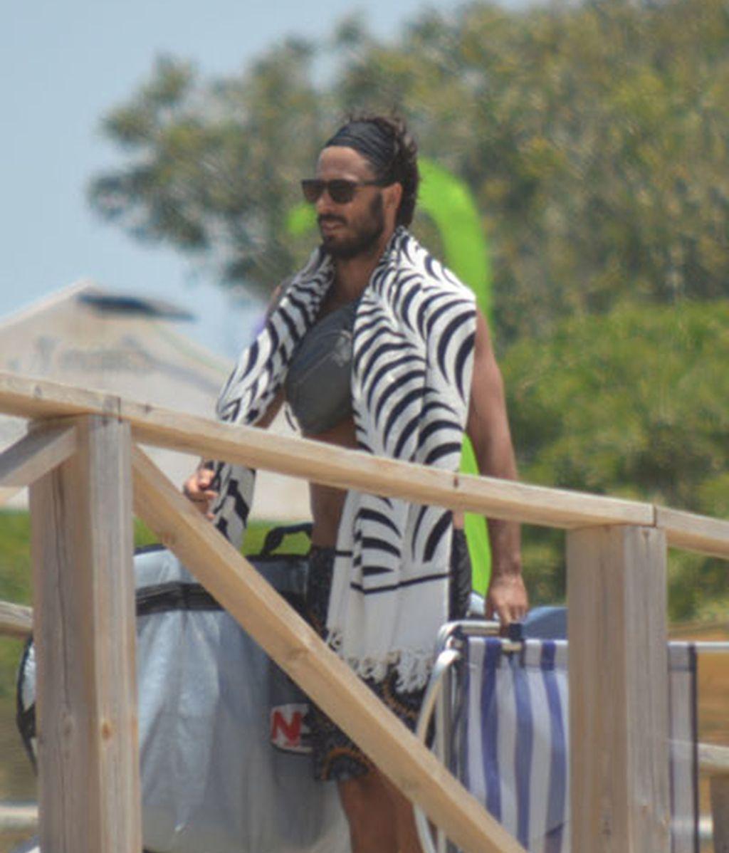 Hugo Silva, surfeando en Cádiz