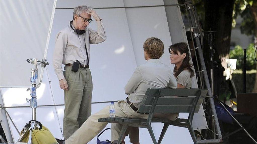 """El director estadounidense Woody Allen (c) habla con la primera dama francesa Carla Bruni-Sarkozy (d) y el actor estadounidense Owen Wilson (2-d)  durante el rodaje de su película, """"Media noche en París"""". EFE/Archivo"""
