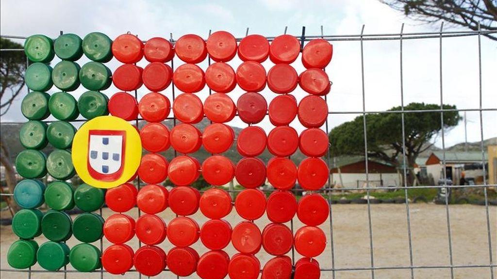 La bandera de Portugal, hecha con tapones de botellas de plástico. EFE/Archivo