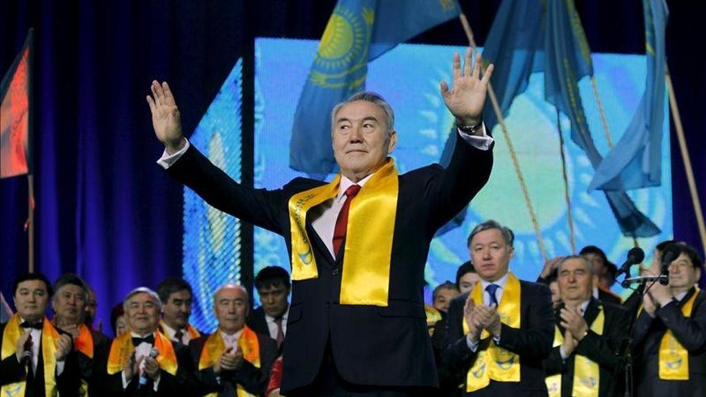El presidente kazajo, Nursultán Nazarbáyev, celebra con sus simpatizantes su reelección en el cargo con el 95,5 % de los votos. EFE