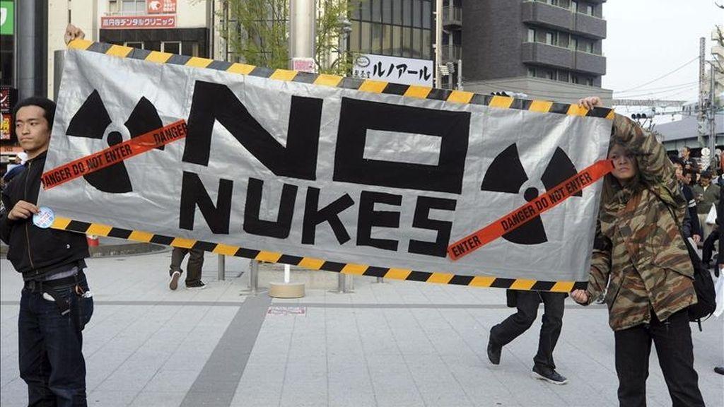 Manifestantes protestan en contra de la energía nuclear en Tokio (Japón) hoy, 10 de abril de 2011. Más de 2.000 personas han pedido el cierre de la central nuclear de Hamaoka en Nagoya, a unos 200 km al sureste de Tokio. La central estáa construida encima de dos placas tectónicas en un área en la que se espera un fuerte terremoto en un futuro. EFE