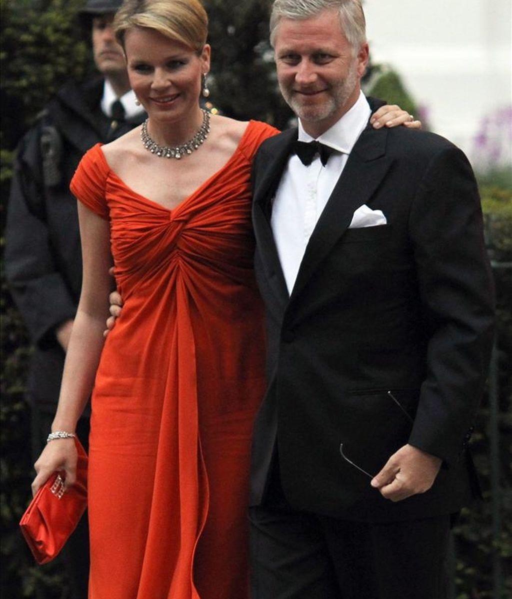 Los príncipes de Bélgica Matilde (i) y Felipe (d), posan a su llegada a la cena que ofreció el pasado jueves Isabel II, previa a la boda de su nieto. EFE