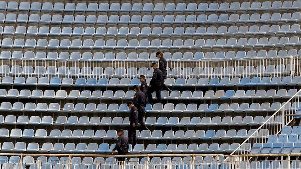 Miembros de la policía nacional inspeccionan el estadio de Mestalla (Valencia), donde mañana se juega la final de la Copa del Rey entre el Real Madrid y el FC Barcelona. EFE