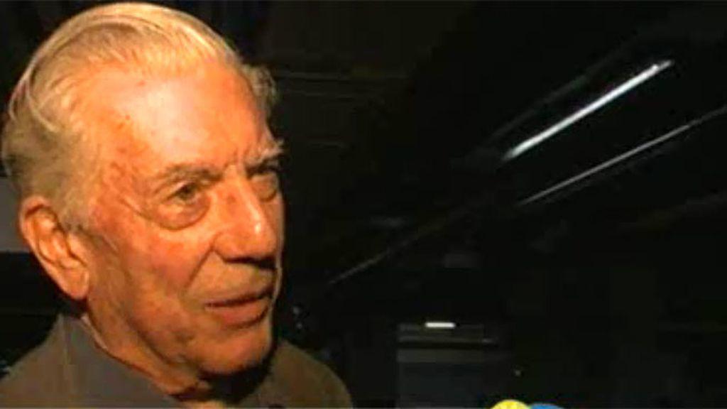 """Vargas Llosa, amable con la prensa: """"Mi relación con Isabel va muy bien"""""""
