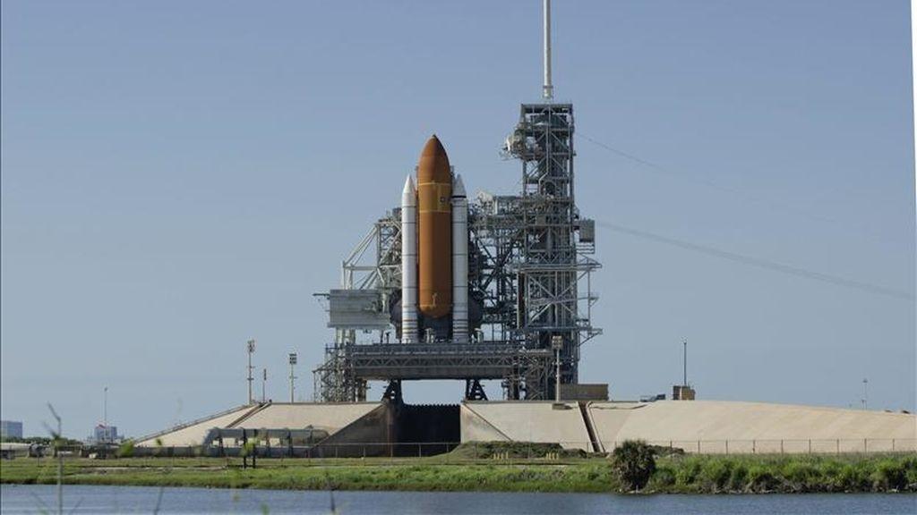 El transbordador Endeavour permanece en la plataforma 39-A del Centro Espacial Kennedy de Cabo Cañaveral, EE.UU. EFE/Archivo