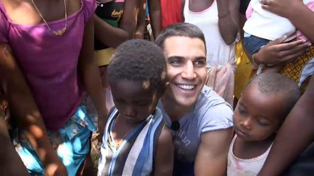 Álex González se emociona jugando con niños de Madagascar