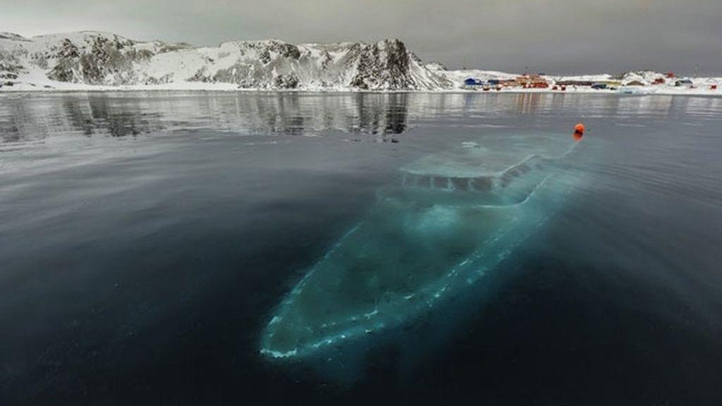 El yate hundido en la Antártica