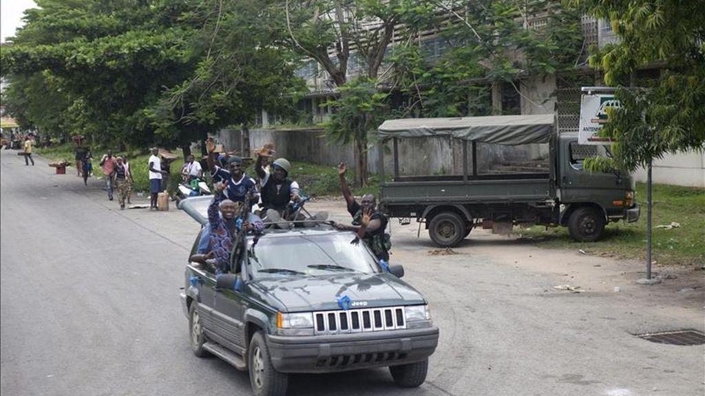 Leales del presidente electo de Costa de Marfil, Alassane Ouattara, transitando este viernes por una calle de Abiyán. EFE