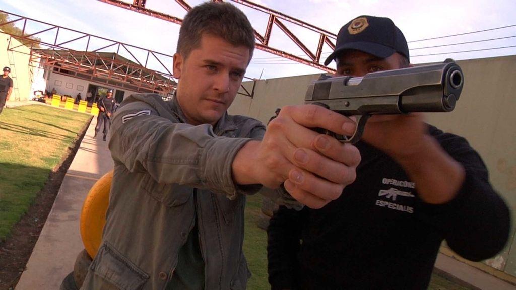 Luis Troya aprende a disparar con la policía de Michoacán