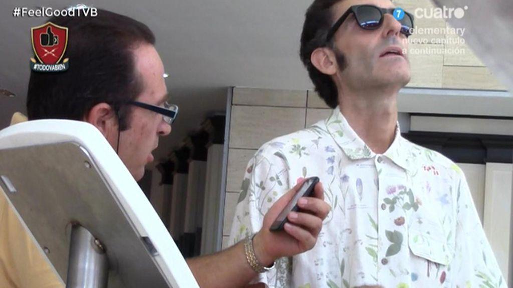 Javier Abascal se hace pasar por un ciego al que deben leer mensajes picantes