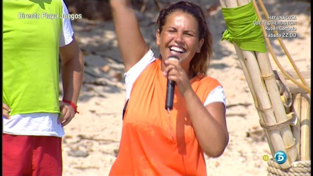 Katia Aveiro, con micrófono en mano, ha cantando durante la prueba