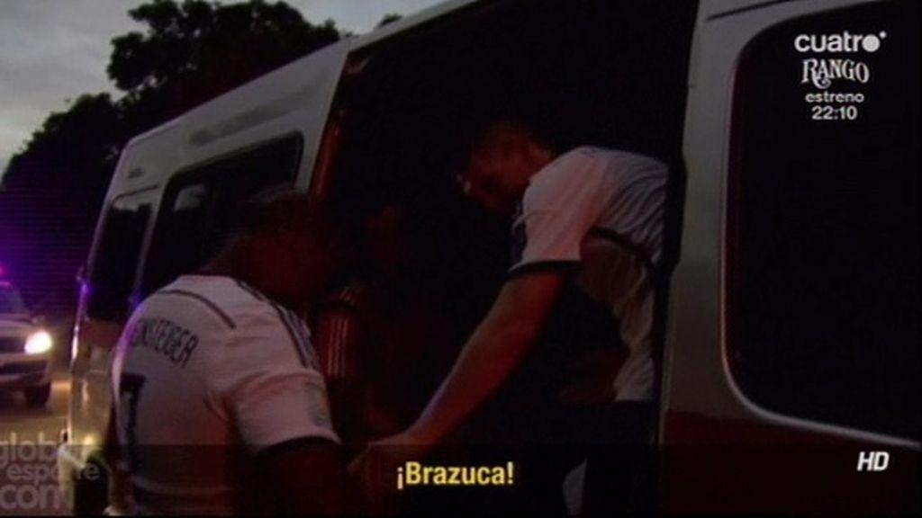 """Schweinsteiger saludó a un fan brasileño y vaciló con su tripa """"¿Es un Brazuca?"""""""