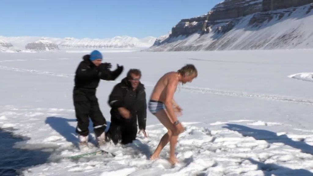 ¡Calleja se baña en el agua del Ártico!