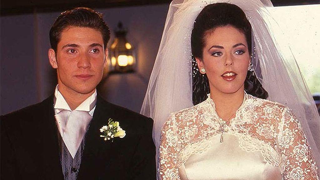 La inolvidable primera boda de Rocío Carrasco: el peinado, las lentillas, el vestido...