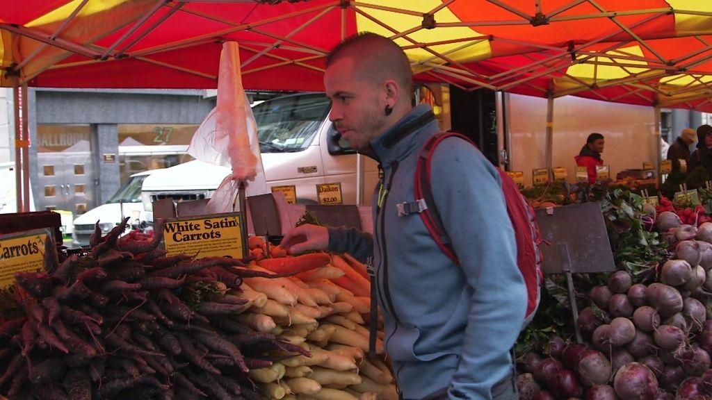 Dabiz Muñoz se emociona con un niño en un mercadillo de fruta de Nueva York