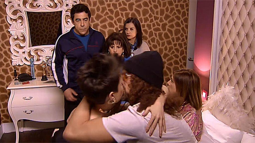 Ménage à trois en casa de la Cuqui: Amador interrumpe a Maite en plena faena...