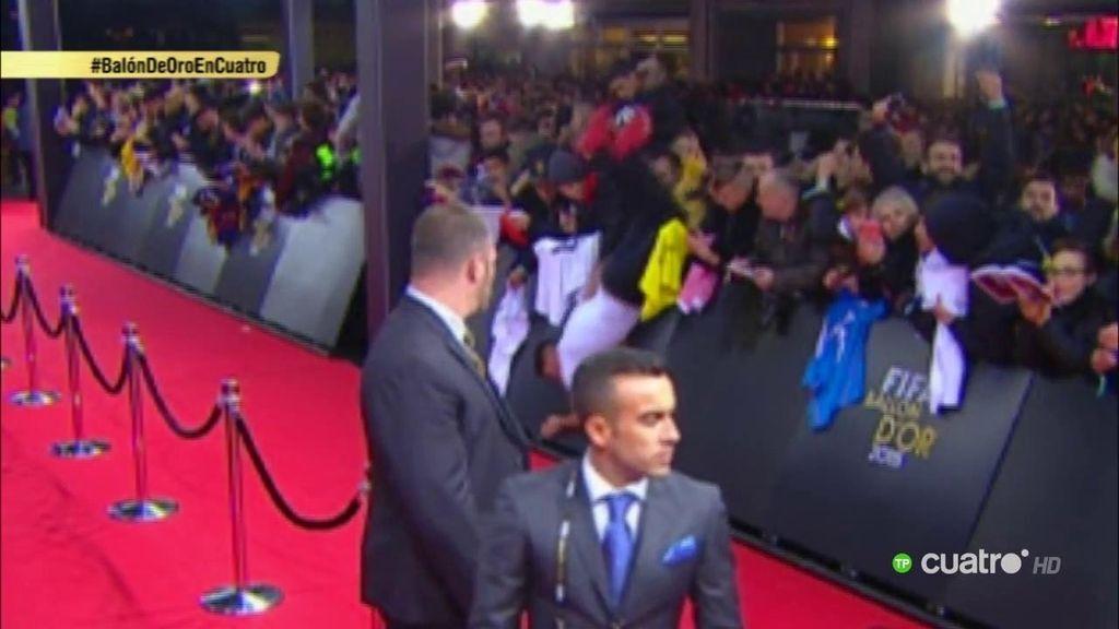 Un aficionado salta la valla de la alfombra roja y Cristiano Ronaldo se parte de risa