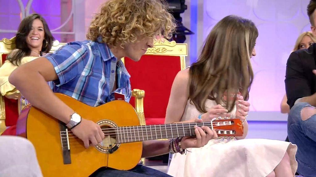 ¡Aquí hay talento!...En el Trono de verano cantan, bailan y tocan la guitarra