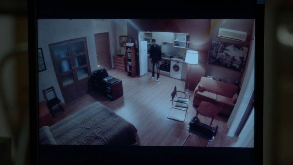 Faruq descubre que su hermana está pasando la noche en la casa de Morey