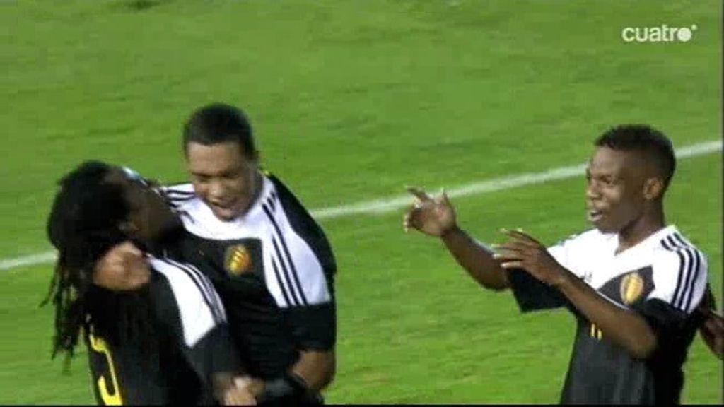 Tiemlemans sorprende con un golazo por la escuadra para ampliar el marcador (0-2)