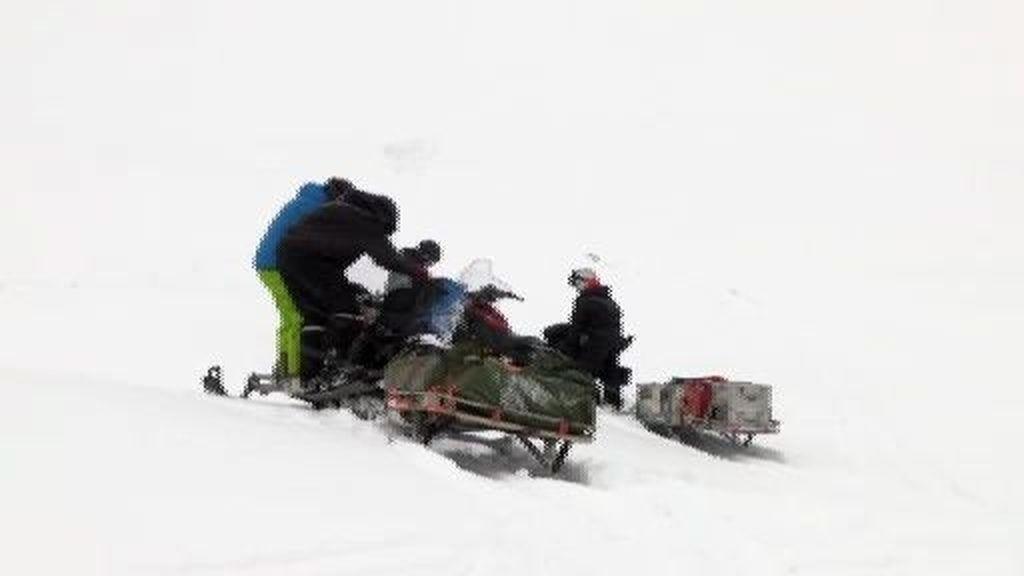 La nieve dificulta el avance del equipo