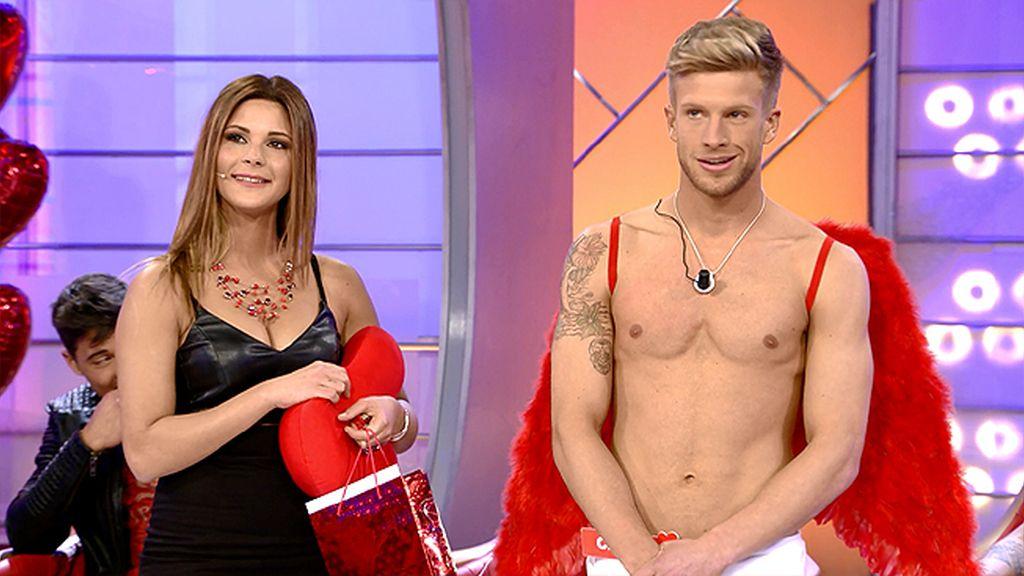 Carlos Cupido trae golosinas para Alba