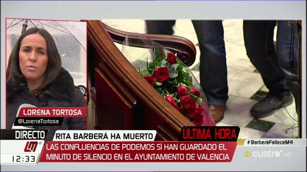 Banderas a media asta y ramos de flores en el Ayuntamiento Valencia