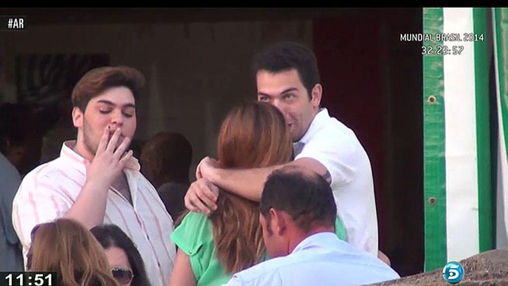 Chabelita, en la feria de Sanlúcar con su hijo, Alberto y la familia de su novio