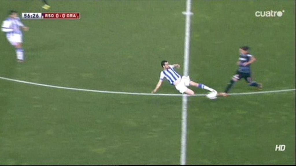 ¡Mikel González ve roja directa por una entrada muy fuerte en el centro del campo!