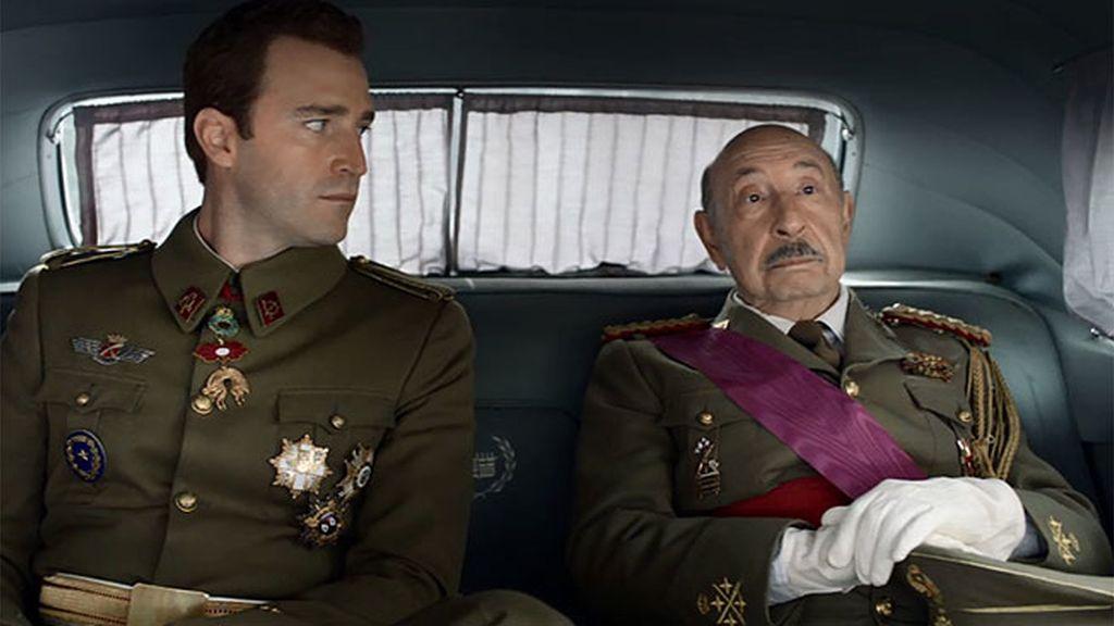Acto franquista: Juan Carlos acude al desfile de la Victoria con Franco