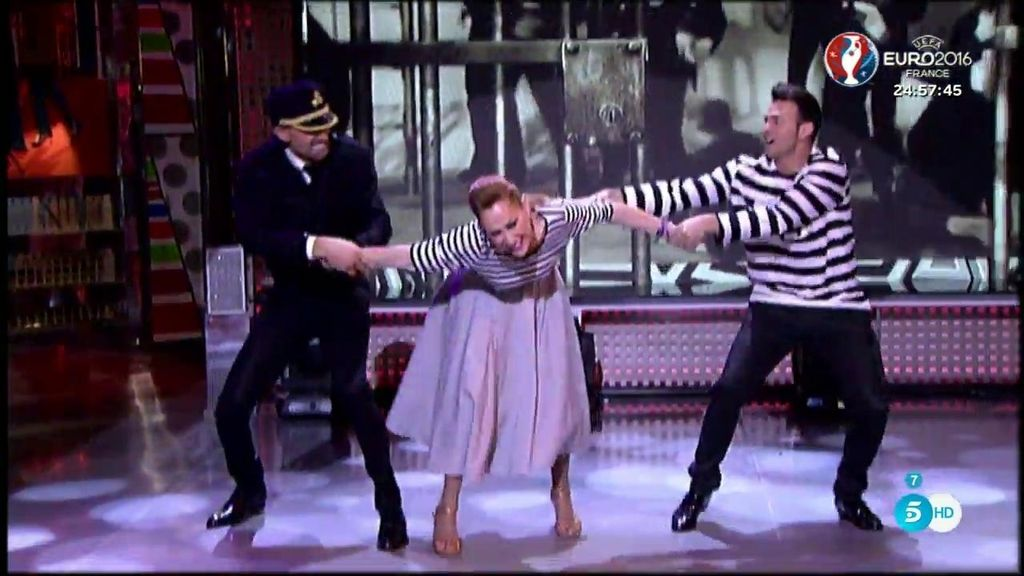Jota sorprende a Rosa Benito mientras bailaba 'el rock de la cárcel'