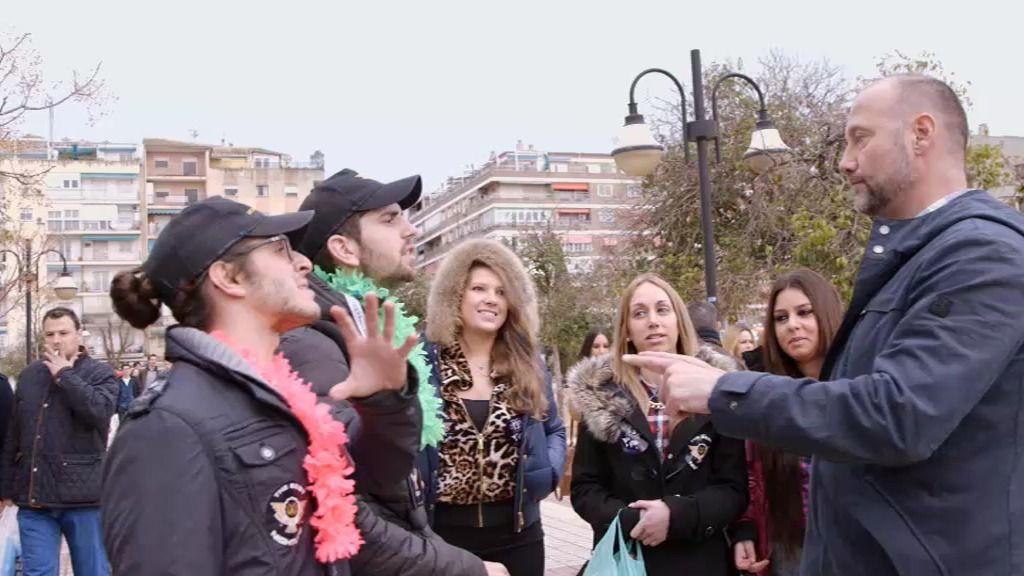 Pedro García Aguado habla con unos Erasmus que llevan un 'kit anti-resacas'