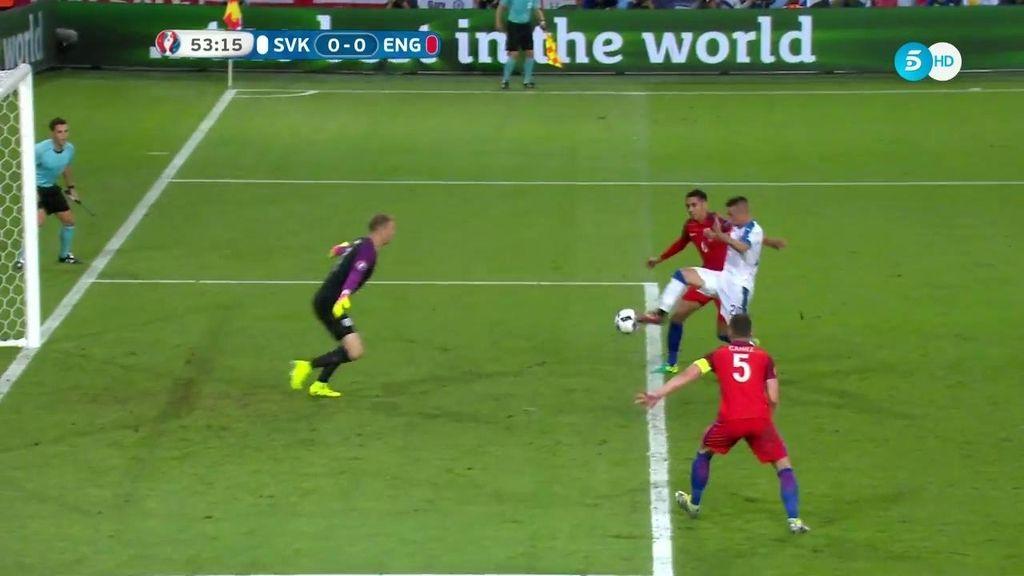 Mak falla la mejor ocasión de Eslovaquia tras un regalo de la defensa inglesa