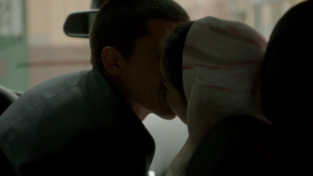 Faruq descubre besándose a Fátima y Morey