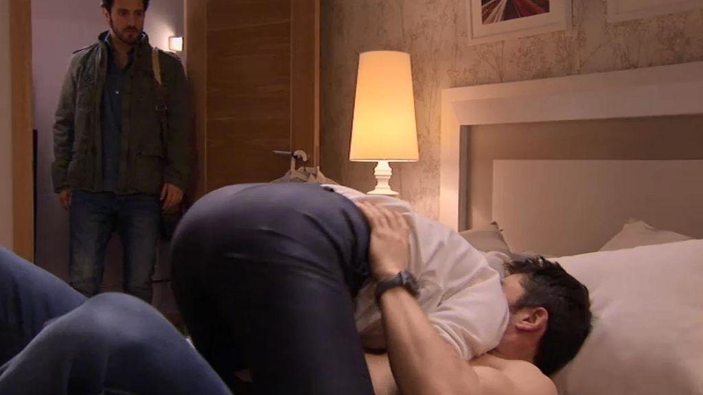 Sergio pilla a Natalia en la cama con Raúl