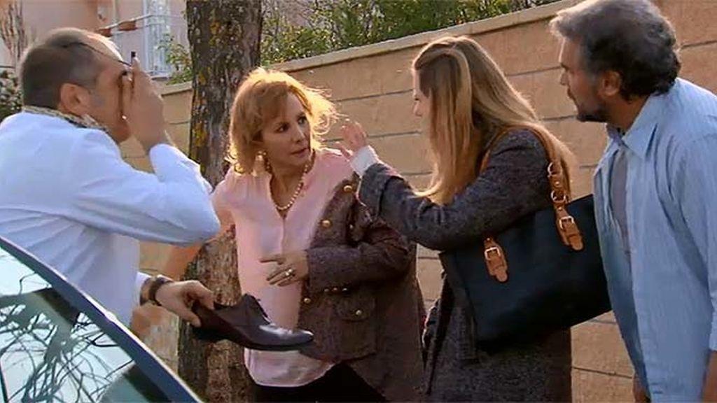 Maruchi y Zabaleta se lo montan en el coche... y Ángel e Irene les pillan