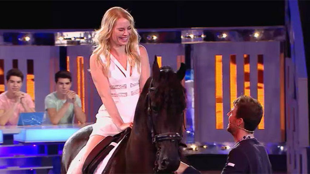 Soraya cumple su reto y se sube a uno de los caballos de Santi Serra