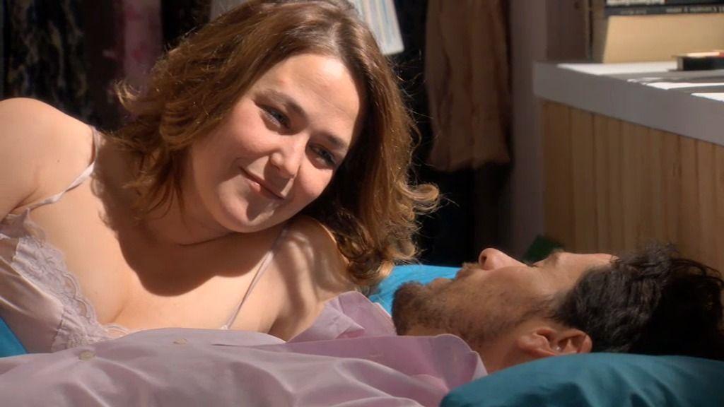"""Carlos, a Lucía: """"Eres una mujer maravillosa, ¿me pones un café?"""""""