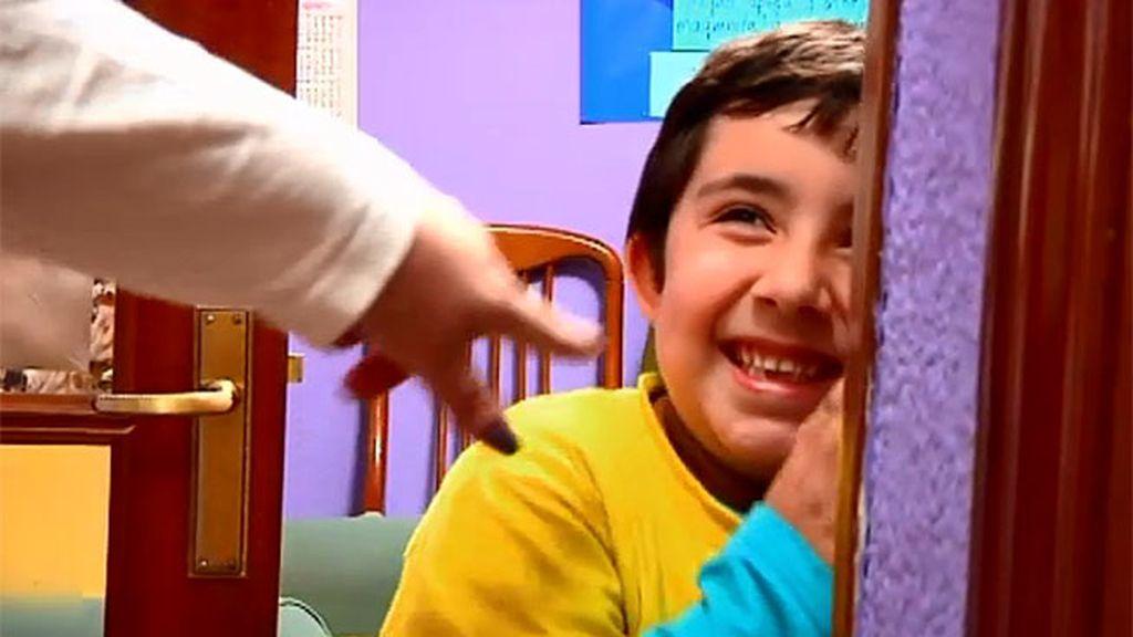Miguel cambia la consola por jugar al escondite con su madre y su hermana