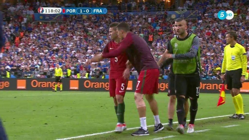 Cristiano, cojeando, le da indicaciones a Guerreiro a dos minutos del final del partido