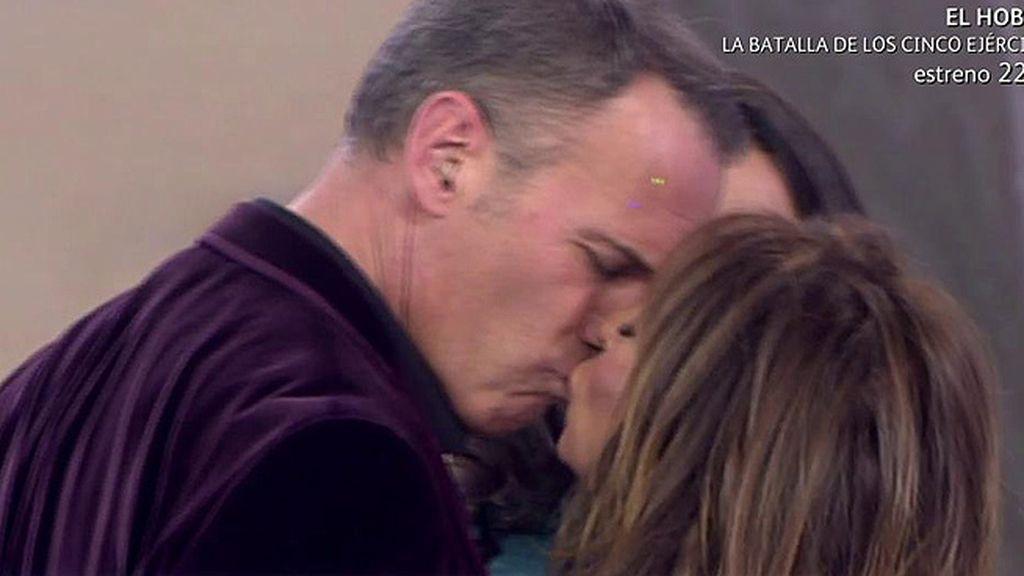 María le da un 'piquito' a Carlos Lozano