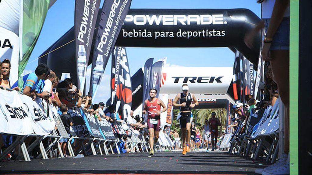Los triatletas vencen al calor a base de superación en el Triatlón Puerto de Sevilla