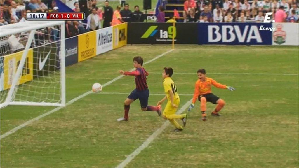 Pablo Moreno pincha el balón en el área y engaña a la defensa del Villarreal