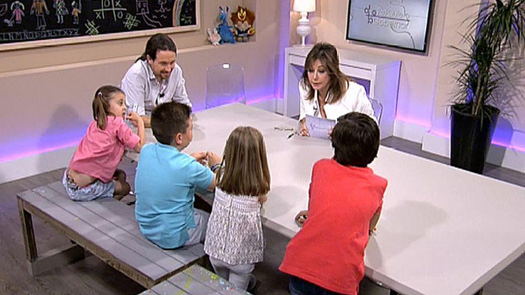 Iglesias 'se gana' a los niños explicándoles que en Podemos no quieren que haya deberes en primaria