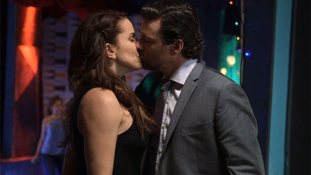 Natalia, escandalizada al presencia el beso entre Óscar y su madre
